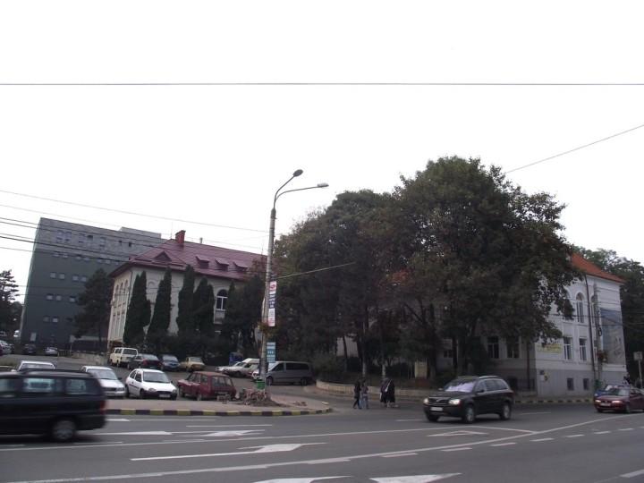 9Actualul sediu al Bibliotecii Bucovinei, aşa cum ar trebui să fie conservat pentru eternitate, deşi se vede deja cât rău îi pricinuieşte clădirea Parchetului