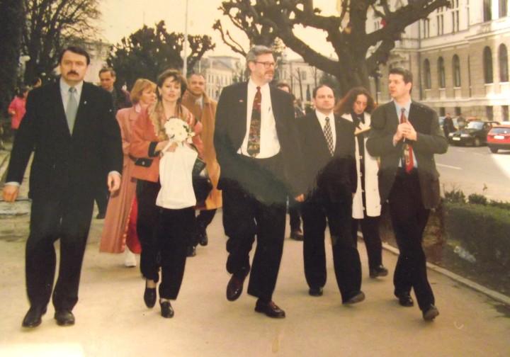 Vasile Ilie ex Prefect de Suceava si ex Presedinte PD, Sheila Kost, James Rosapepe ex Ambasador al USA la București,  Constantin Sofroni ex-primar de Suceava - 1999
